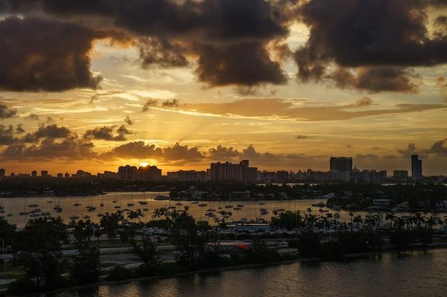 Miami florida bei sonnenuntergang, bunte skyline der beleuchteten gebäude.