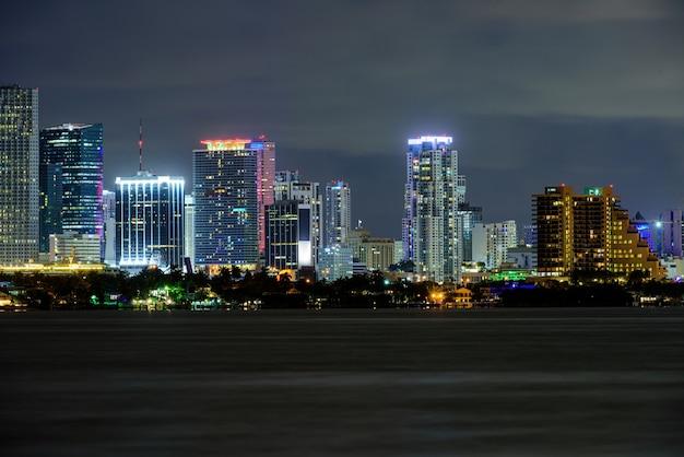 Miami geschäftsviertel, lichter und reflexionen der lichter der stadt. miami.