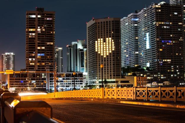 Miami-nacht im stadtzentrum gelegen, stadt florida. skyline von miami biscayne bay reflexionen, hohe auflösung.