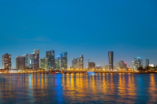 Miami-stadt-miami-skyline-panorama in der abenddämmerung mit wolkenkratzern über der seenacht in der innenstadt von sanset