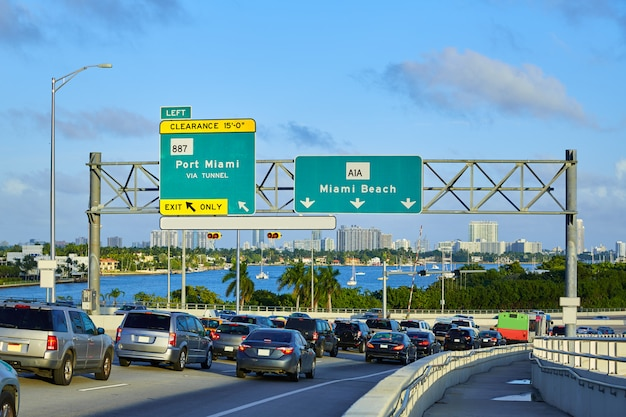 Miami-verkehr, der nach miami beach florida fährt