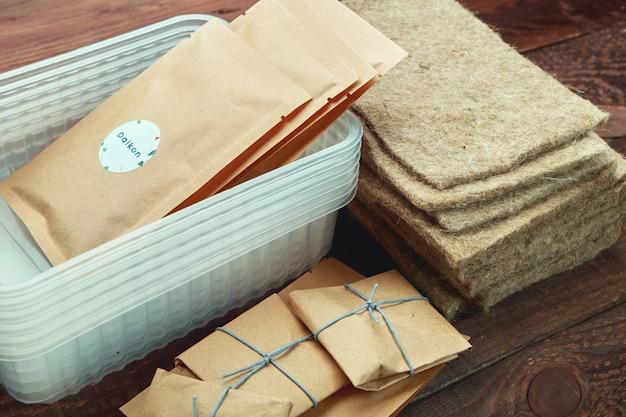 Microgreen pflanzset. packungen mit samen, plastikbehältern und leinenmatten.