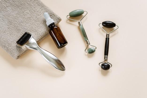 Microneedling dermaroller, jade guasha massageroller und serumflasche, home microneedling und hautpflege