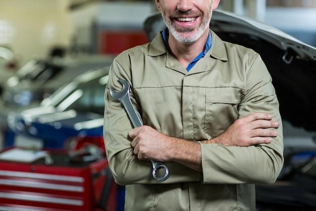 Mid-abschnitt von mechaniker mit verschränkten armen