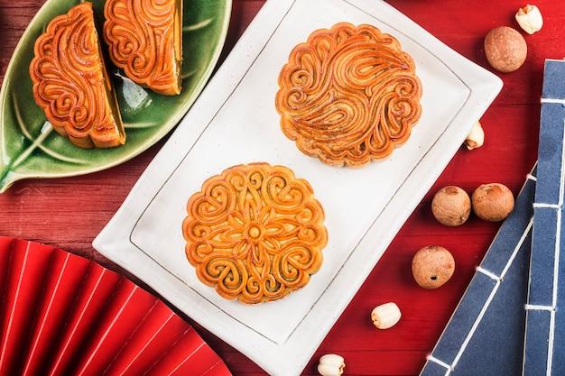Midautumn festival konzept traditionelle mondkuchen auf dem tisch mit teetasse