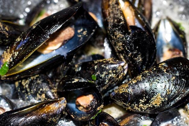 Miesmuscheln mit zitronensauce. meeresfrüchte. mediterrane küche