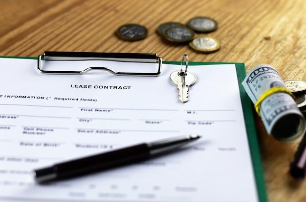 Mietvertrag geld und schlüssel auf holztisch