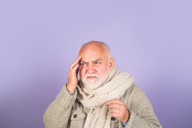 Migräne-kopfschmerz-behandlung schmerzen alter mann stirn berühren