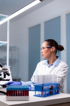 Mikrobiologie-wissenschaftler tippt biochemie-entdeckungsexperiment am computer