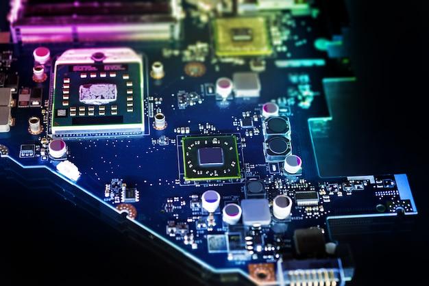 Mikrochips auf einer leiterplatte, einem dunklen tisch, technologie, computern