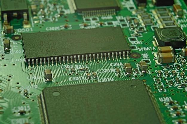 Mikrochips auf einer leiterplatte. elektrisches system.