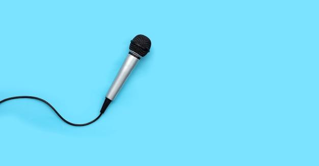 Mikrofon auf blauem hintergrund. ansicht von oben