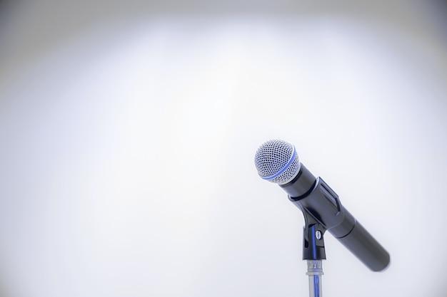 Mikrofon auf dem stand für öffentliche reden.