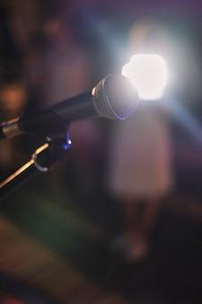 Mikrofon auf der bühne. mikrofonnahaufnahme im jazzklub vor der show