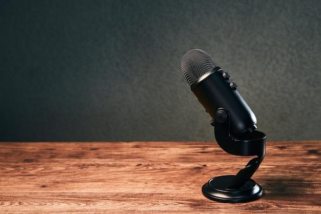 Mikrofon auf einem holztisch auf grau
