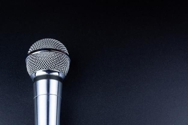 Mikrofon auf einem schwarzen hintergrund