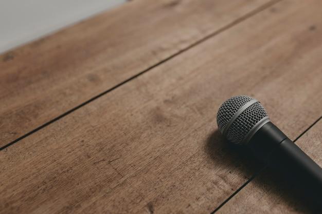 Mikrofon auf einer hölzernen tabelle ii