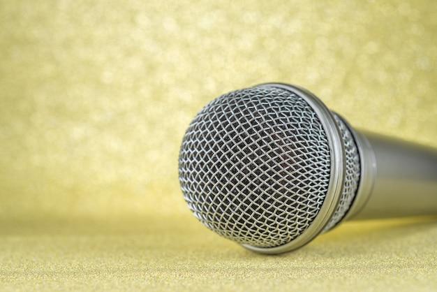 Mikrofon auf gelbem hintergrund..