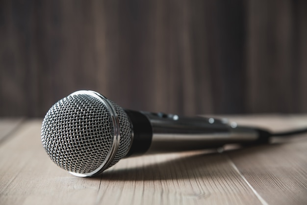 Mikrofon auf holztisch