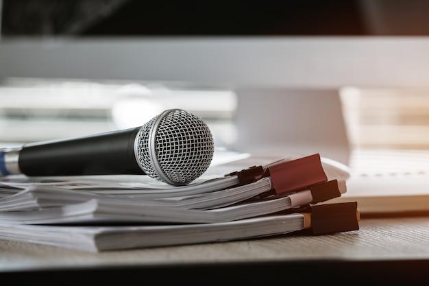 Mikrofon auf papierdokument am seminar für sprecher oder vortragslehrer