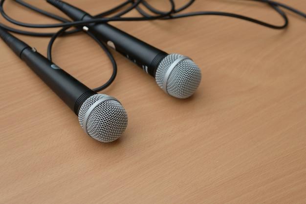 Mikrofon auf tisch im seminarvortrag