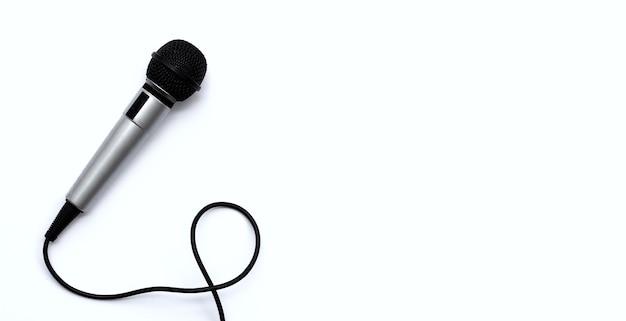 Mikrofon auf weißem hintergrund. ansicht von oben
