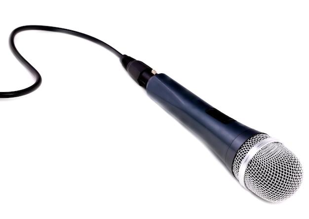 Mikrofon getrennt über weißem hintergrund.