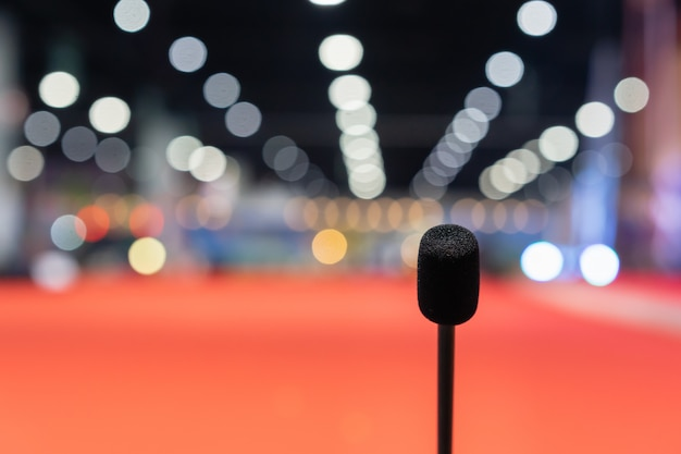 Mikrofon im besprechungsraum für einen festsaal oder einen konferenzraum.