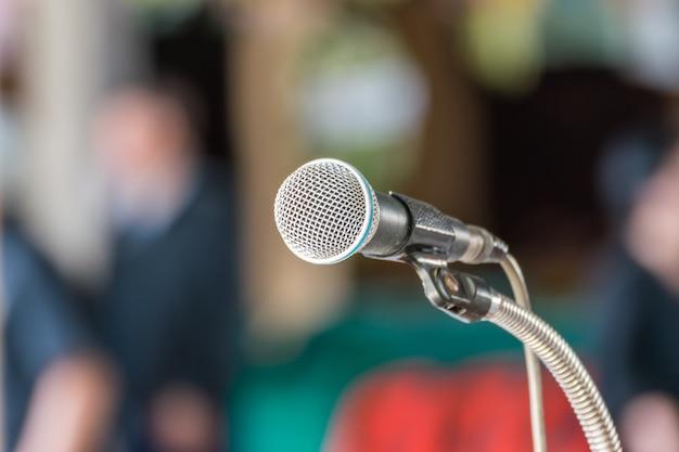 Mikrofon im konferenzraum zur verstärkung des gesprächs