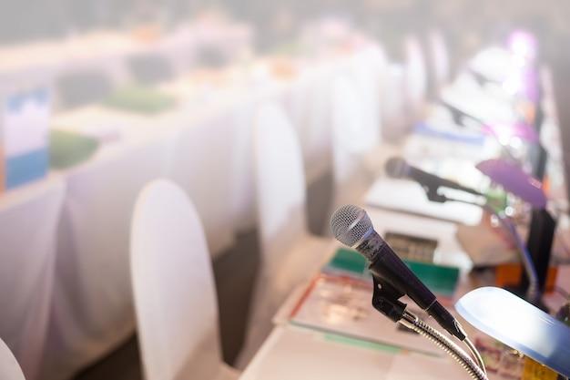 Mikrofon im konferenzsaal oder im seminarraumhintergrund.
