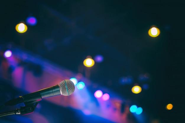 Mikrofon im konferenzsaal oder im seminarraumhintergrund