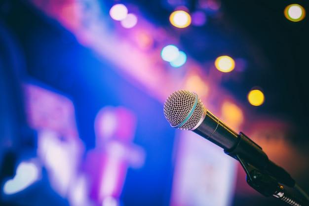 Mikrofon im konferenzsaal- oder seminarraumhintergrund