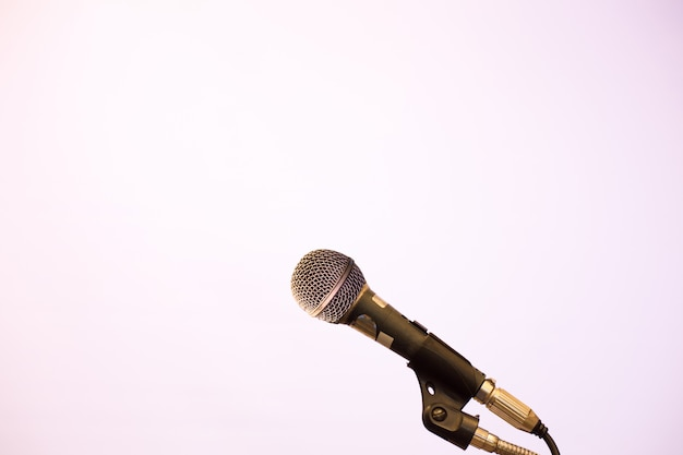 Mikrofon im konferenzsaal- oder seminarraumhintergrund.