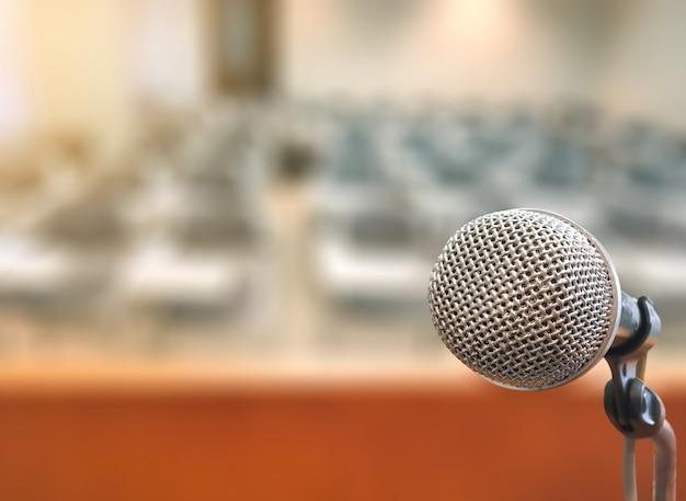 Mikrofon im konferenzsaalraum ereignis- und sitzungshintergrund