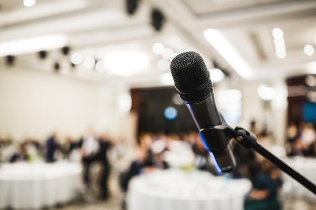 Mikrofon in der halle mit moderner veranstaltung