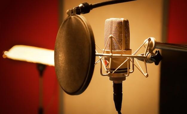 Mikrofon in einem professionellen aufnahmeraum-technologie- und audio-equipment-konzeptmikrofon