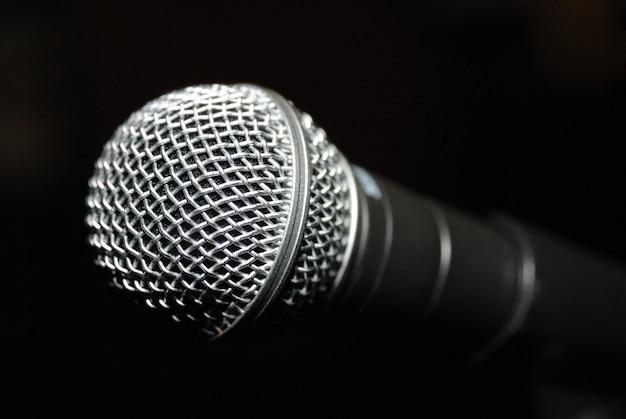 Mikrofon. kurze schärfentiefe mit vorderseite des mikrofons im fokus und rückseite unscharf.