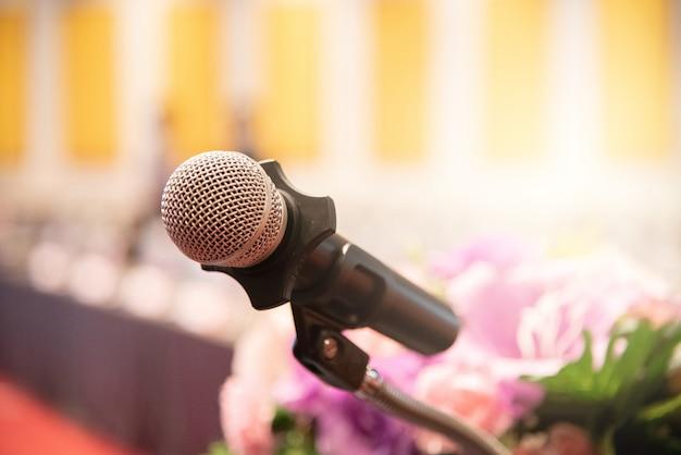 Mikrofon über dem unscharfen geschäftsforum sitzung oder konferenztraining, die trainierraum-konzept, unscharfen hintergrund lernen.