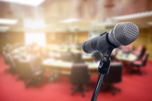 Mikrofon über dem unscharfen geschäftsleute forum