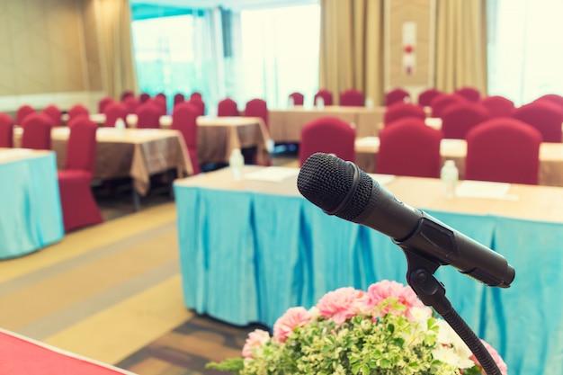 Mikrofon über der zusammenfassung unscharfes foto des konferenzsaals