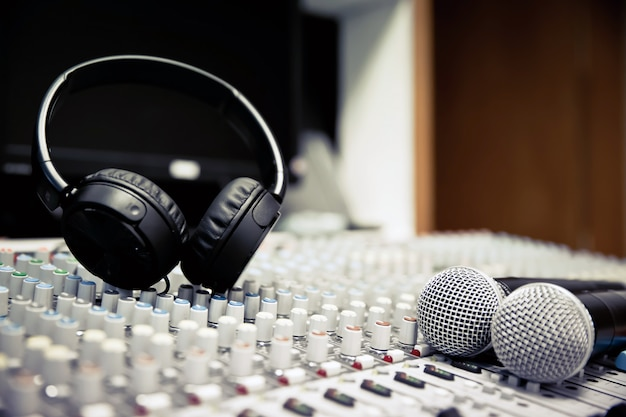 Mikrofon und audio mixer im studio.
