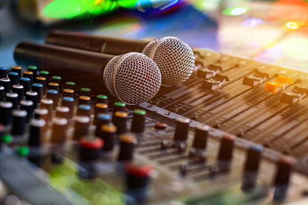 Mikrofon und audio-tonmischer analog in der tonregie