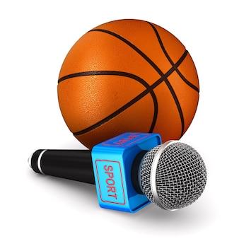 Mikrofon und basketballball auf weißer oberfläche. isolierte 3d-illustration.
