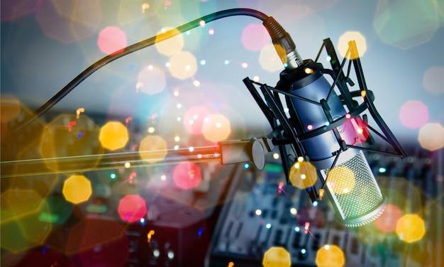 Mikrofon und digitaler studiomixer im hintergrund