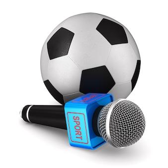 Mikrofon und fußball auf weißer oberfläche. isolierte 3d-illustration