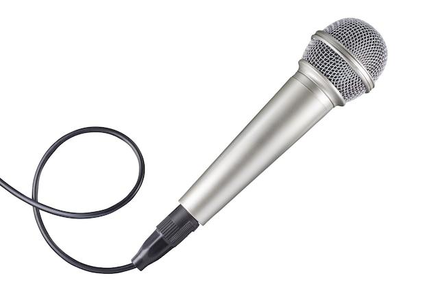 Mikrofon und kabel isoliert auf weißem hintergrund. volle schärfentiefe