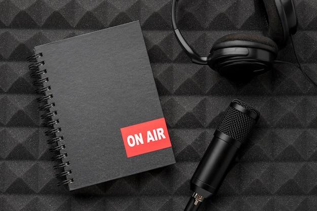 Mikrofon und kopfhörer auf sendung konzept