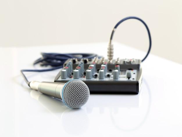 Mikrofon und mixer auf weißem tisch