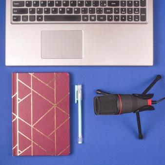 Mikrofon und notizblock für die aufnahme von podcasts. blogger-desktop.