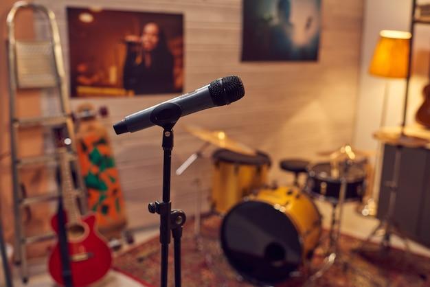 Mikrofon zwischen musikinstrumenten im tonstudio